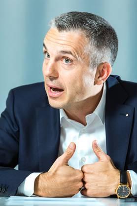 Pascal Koradi, der ehemalige Finanzchef der Post, geht in die Offensive.
