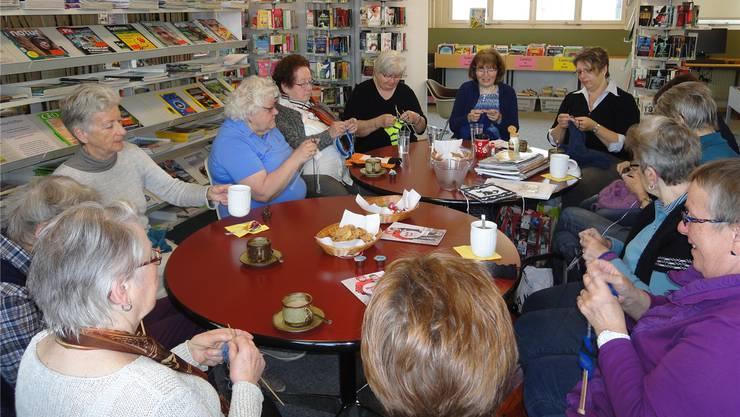 Den Frauen gefällt es sichtlich, gemeinsam in der Regionalbibliothek Langenthal zu stricken.