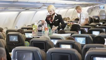 Swiss-Flugbegleiter bei der Arbeit: Hinsichtlich des Flottenausbaus stellt die Swiss hunderte neue Mitarbeitende ein (Archiv).