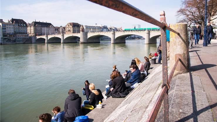 Tipp8: Brogli zeigt Wenk auch gleich noch die Rheinpromenade und erklärt ihr, dass sich die Basler hier ausziehen und im Fluss eine Erfrischung suchen. Natürlich nur im Sommer. Ob sie sie finden?