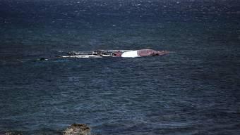 Das Wrack eine Flüchtlingsbootes treibt im Mittelmeer (Archiv)