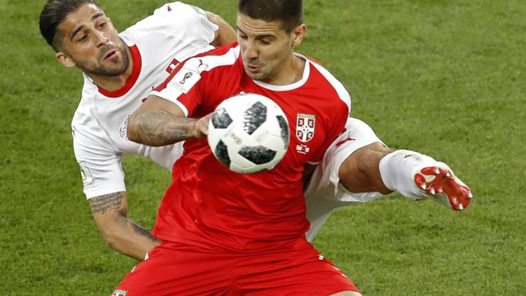 Serbiens Sturmtank Aleksandar Mitrovic im WM-Spiel gegen die Schweiz in einem Zweikampf mit Ricardo Rodriguez