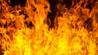 Dass er Feuer gelegt hatte, gab der Angeklagte unumwunden zu. (Symbolbild)