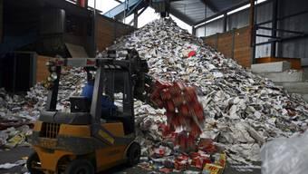 Der Kanton Basel-Stadt entsorgt pro Jahr 11 000 Tonnen Papier und Karton bei der Recyclingfirma Lottner AG.