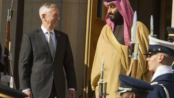 US-Verteidigungsminister Jim Mattis empfing den saudischen Kronprinzen und Verteidigungsminister Mohammed bin Salman im März im Pentagon.  Die USA haben ihre Allianz mit Saudi-Arabien seit dem Amtsantritt von Präsident Trump verstärkt. (Archivbild)