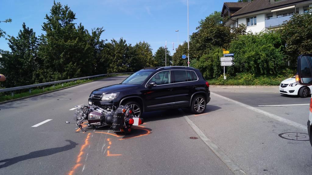 Töfffahrer bei Unfall in Zug schwer verletzt
