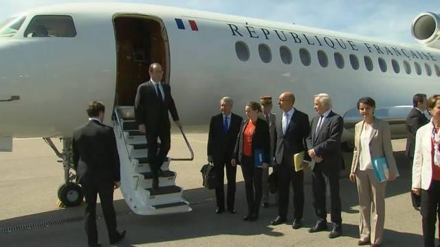 Hollande zu Besuch in der Schweiz: Nach dem Empfang am Flughafen Bern-Belp gings weiter auf den Berner Münsterplatz, wo er vom Gesamtbundesrat begrüsst wurde.