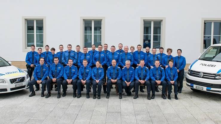 Die Polizei Oberes Fricktal und die Kantonspolizei vor ihrem neuen Posten.