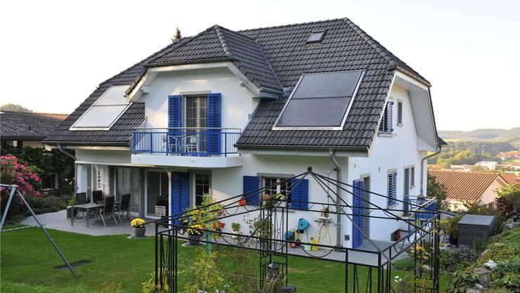 «Wunderschönes Landhaus, ruhig gelegen am Waldrand mit Blick auf den Schwarzwald» – in Andrea Hofers Haus in Endingen schläft man gediegen. Angelo Zambelli