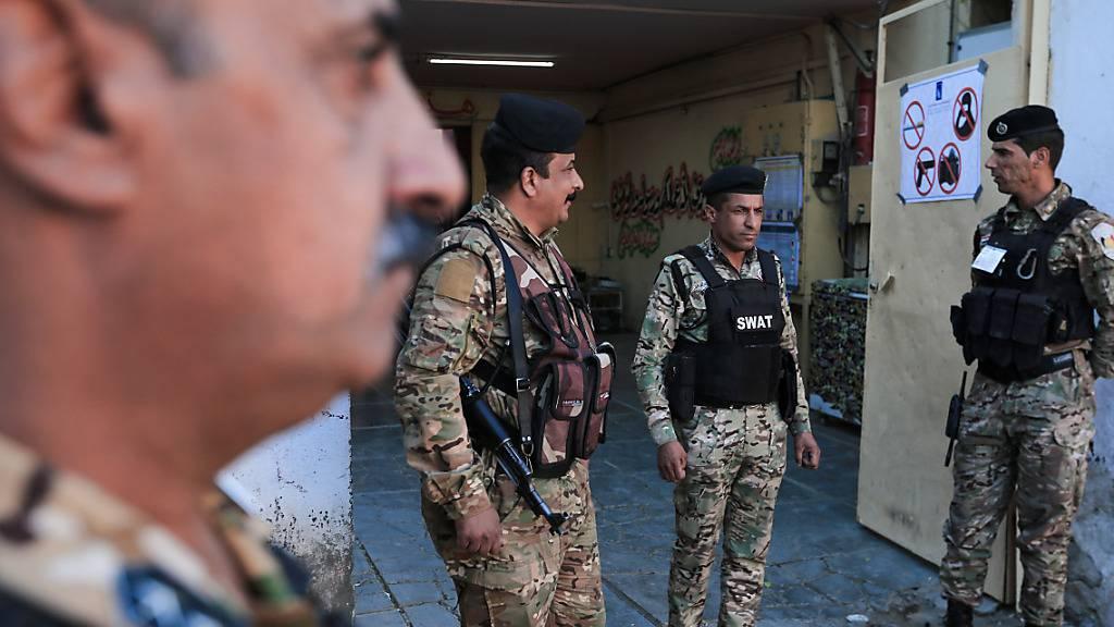 Unter einem Großaufgebot an Sicherheitskräften hat im Irak die Parlamentswahl begonnen. Foto: Ameer Al Mohammedaw/dpa