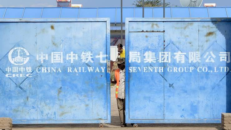 Mit seinem Engagement in Äthiopien will China Absatzmärkte erschliessen, Konsumenten binden und Produktionspotenziale ausloten. Im Bild der Zugang zum Gelände der China Railway Group bei Awassa.