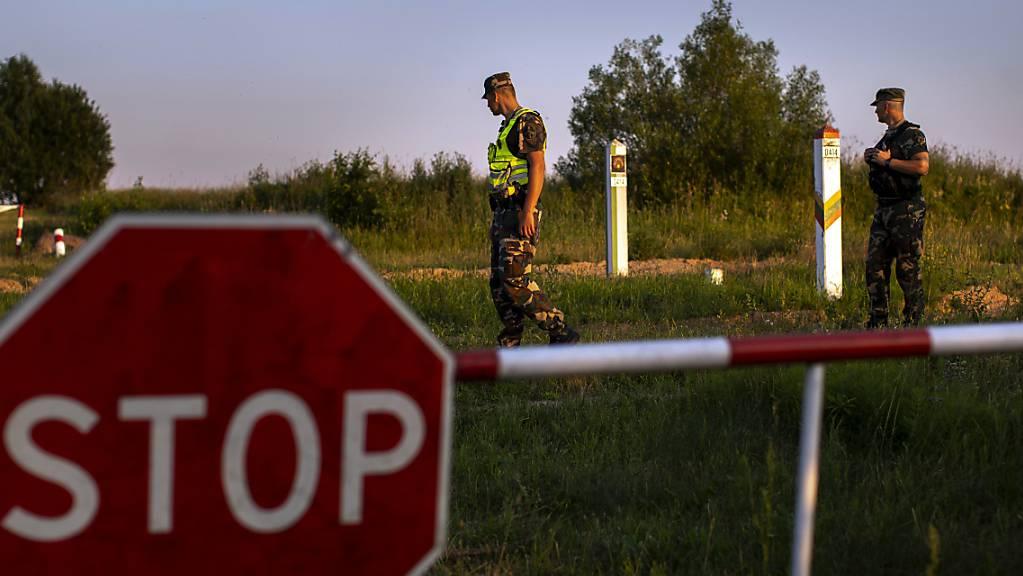 ARCHIV - Mitglieder des litauischen Grenzschutzdienstes patrouillieren an der Grenze zu Belarus (Archivbild). Foto: Mindaugas Kulbis/AP/dpa