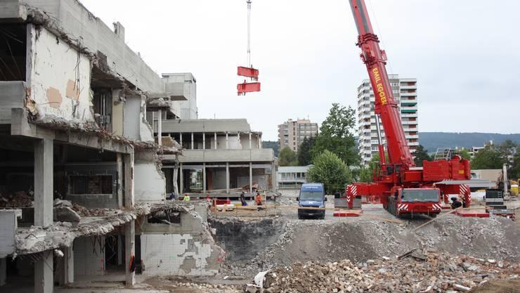 Der für den Abriss des alten Spitals benötigte Kran wurde wieder abgebaut.