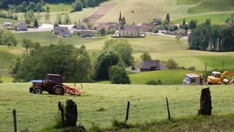 Beim Blick von der Passwangstrasse aus steht die Kirche mitten im Dorf – jedenfalls im symbolischen Sinn.