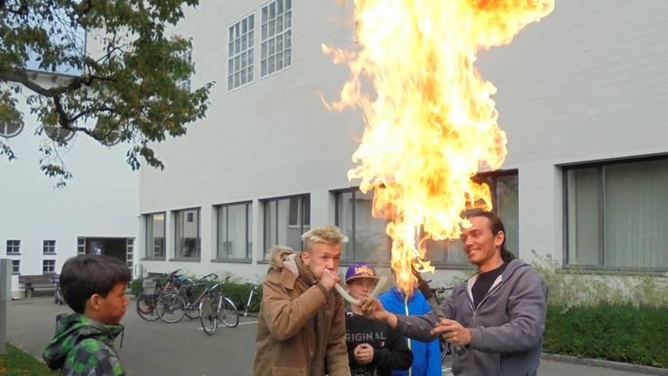 Feuer schlucken und spucken will gelernt sein.