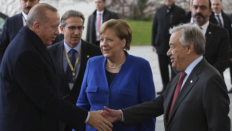 Die deutsche Kanzlerin Merkel begrüsst zusammen mit Uno-Generalsekretär Guterres (rechts) in Berlin den türkischen Präsidenten Erdogan.