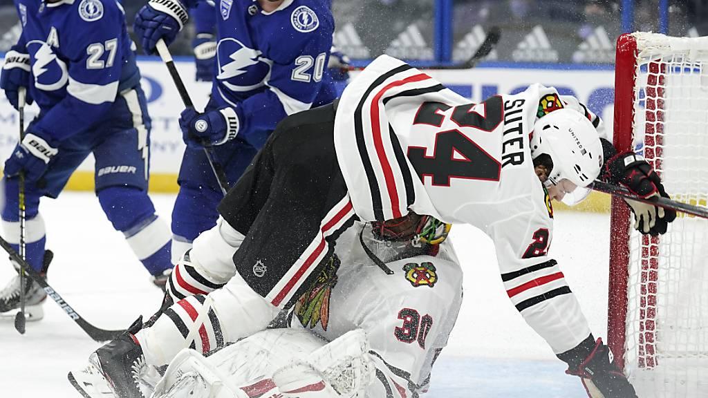 Pius Suter (Nummer 24) stolperte beim NHL-Debüt mit den Blackhawks über die Tampa Bay Lightning