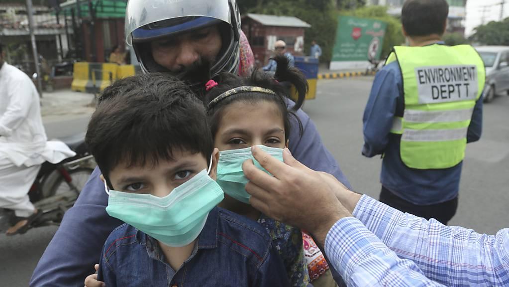 In der pakistanischen Stadt Lahore haben die Luftverschmutzungswerte «sehr gefährliche und gesundheitsschädliche Werte» erreicht. Bewohner der Stadt beklagen Atemschwierigkeiten und Augenbrennen.
