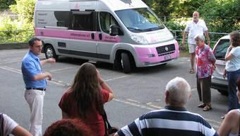 Das Infomobil ist soeben in Brugg angekommen. Nun erklärt Samuel Vögeli (links), was das Innenleben des Autos enthält – eine Fülle von Informationsmaterial. E. Feller