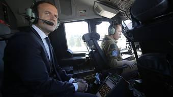 Steuert Frankreich auf einen politischen Neuanfang zu: Präsident Emmanuel Macron im Cockpit eines Airbus.