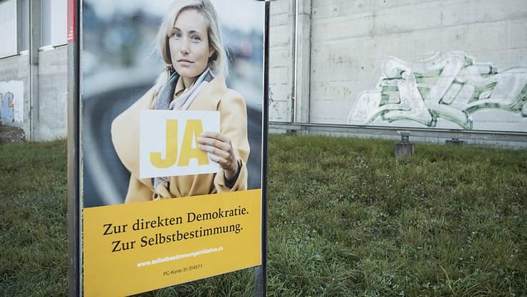 Mit einer gemässigten Kampagne hatten die Befürworter der Initiative für die Selbstbestimmung und gegen fremde Richter auf Plakaten geworben. Das Volk verwarf die Initiative jedoch wuchtig. (Archivbild)