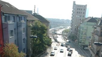 Die Sanierung der Hardbrücke (Hintergrund) ist für die Initianten der Beweis, dass der Platz für den Autoverkehr auch auf der Rosengartenstrasse (Vordergrund) halbiert werden kann. Foto: Matthias Scharrer