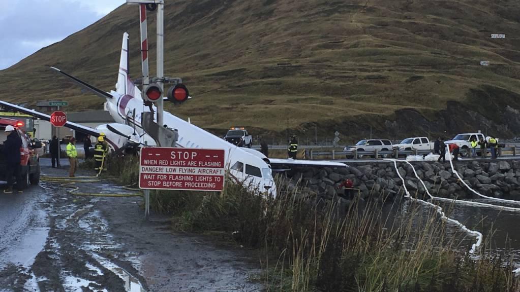 Ein Flugzeug der Fluglinie PenAir ist bei einer missglückten Landung in Alaska über die Landebahn hinaus geraten und fast bis ins Meer gerollt.