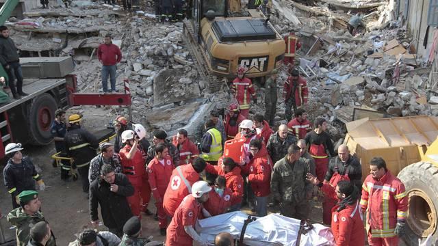 Helfer des libanesischen Roten Kreuzes tragen einen Toten vom Unglücksort