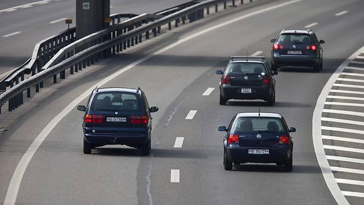 Das Parlament will die Regeln zum Rechtsvorbeifahren auf Autobahnen lockern. Die Idee aus dem Nationalrat wurde klar begrüsst. (Themenbild)