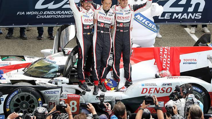 Sébastien Buemi (ganz rechts) feiert mit seinen Teamkollegen Fernando Alonso und Kazuki Nakajima einen weiteren Sieg in der Langstrecken-WM