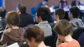 Junge Einbürgerungskandidaten (mittlere Reihe) an einer Gemeindeversammlung (Symbolbild)