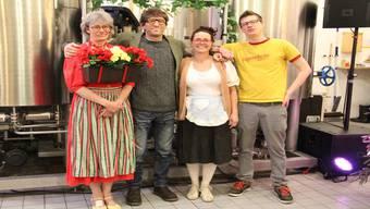 Doorli, Joe und Hanni gespielt von Franziska Herzog, Menf Rhyner, Sabina Deutsch und Sam Hinz, Leiter der Brauschänke (v.l.).