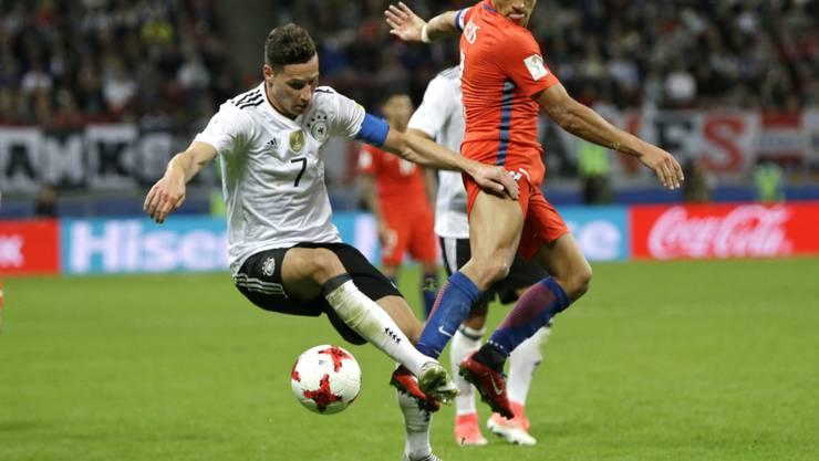 Zweikampf zwischen Deutschlands Captain Draxler und Chiles Torschütze Sanchez