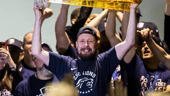 Mathias Seger am 28. April 2018 mit dem Meisterpokal - bei der letztjährigen Meisterfeier der ZSC Lions