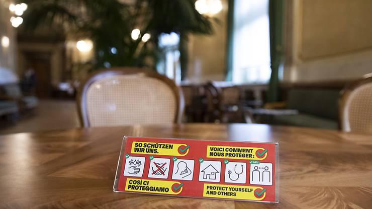 Verhaltensregeln des BAG während der Coronavirus-Pandemie aufgestellt in der Wandelhalle des Nationalrats. Bisher gibt es in der Schweiz bereits über 1000  Fälle.