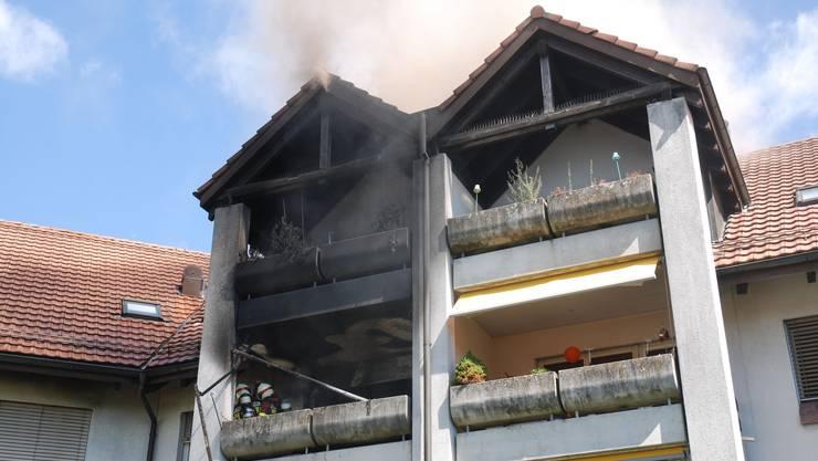 Rauch steigt über dem Mehrfamilienhaus an der Allmendstrasse 31 auf