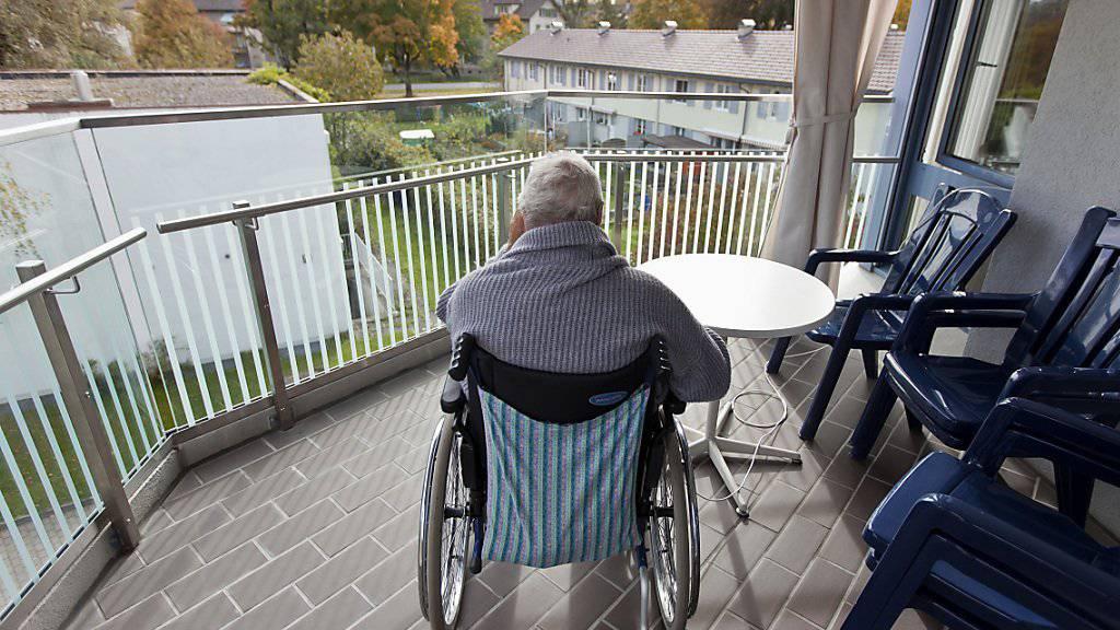Die Bewohner von Schweizer Pflegeheimen äussern sich bei einer schweizweiten Befragung mehrheitlich positiv über ihr Leben ausserhalb des trauten Heims. (Symbolbild)