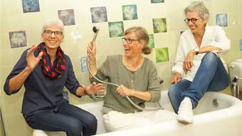 Inés Hubacher, Carmela von Arx und Michaela Allemann (von links) im Badezimmer der Villa Wild in Muri mit den von Inés Hubacher bedruckten Plättli. Diese hat die Künstlerin mithilfe von Duschkappen erstellt.Bild: Sibylle Haltiner