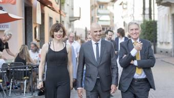 Bundesrat Alain Berset (Mitte) begibt sich mit seiner Frau Muriel und Festival-Präsident Marco Solari an den Eröffnungsempfang des 70. Filmfestivals Locarno. Die Jubiläumsausgabe des Filmfests ist am Mittwoch eröffnet worden.