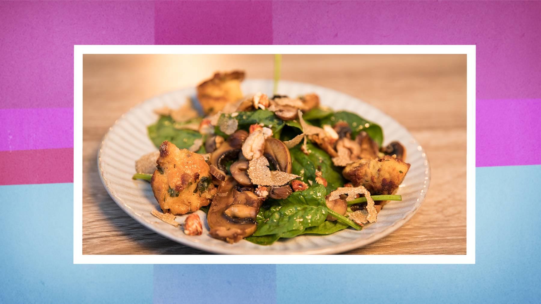 Die Vorspeise: Saisonsalat mit selbstgemachtem Sauerteigbrot.