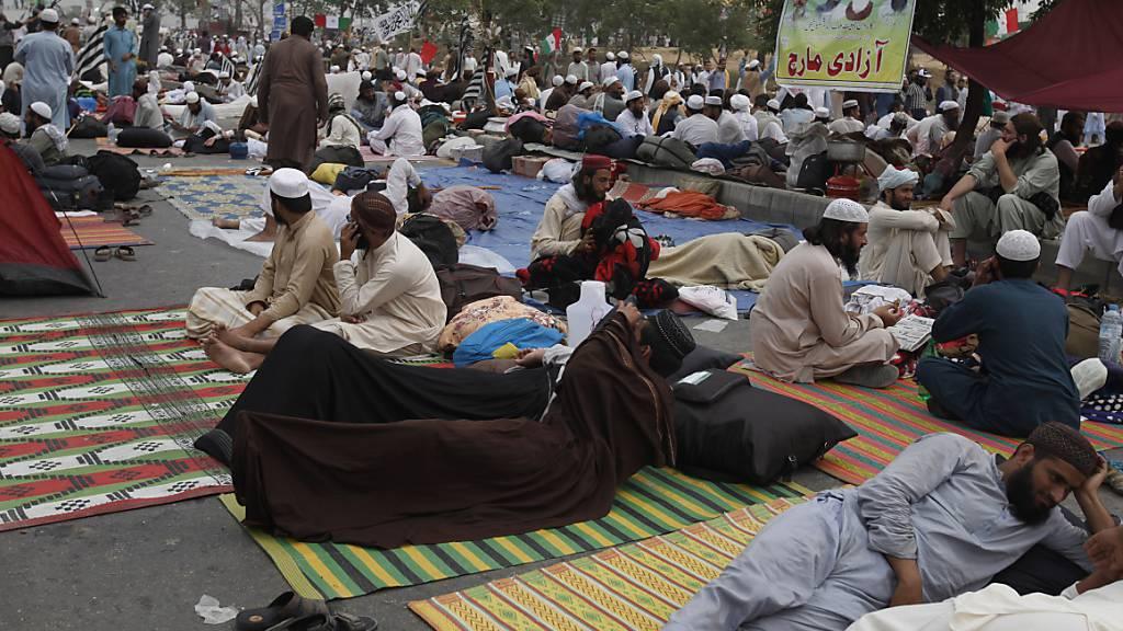 Tausende Demonstranten schlagen Protestlager in Islamabad auf