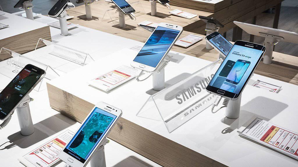 Android-Geräte, wie etwa diejenigen von Samsung, sind neu die beliebtesten Smartphones in der Schweiz. (Symbolbild)