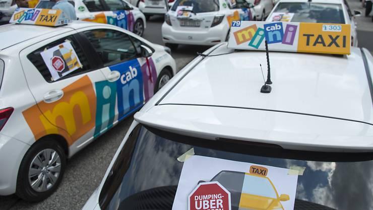 Taxifahrer protestierten in verschiedenen Schweizer Städten bereits mehrfach gegen Uber, hier Mitte 2016 in Basel auf dem Messeplatz. (Archivbild)