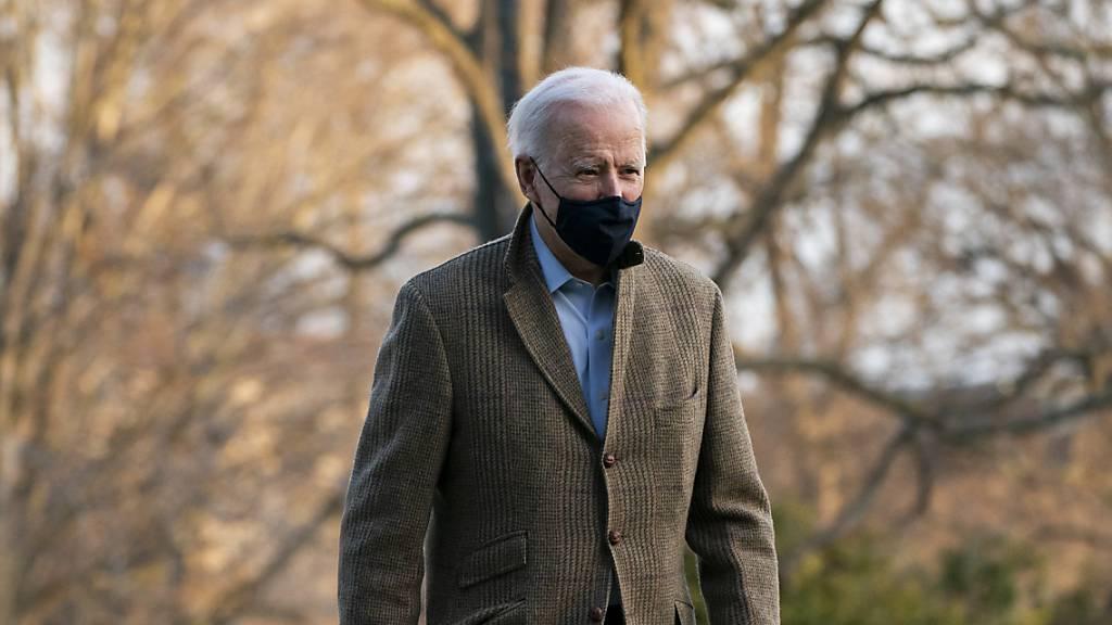 Joe Biden, Präsident der USA, geht auf dem South Lawn in Richtung der versammelten Medienvertreter bei der Ankunft im Weissen Haus.
