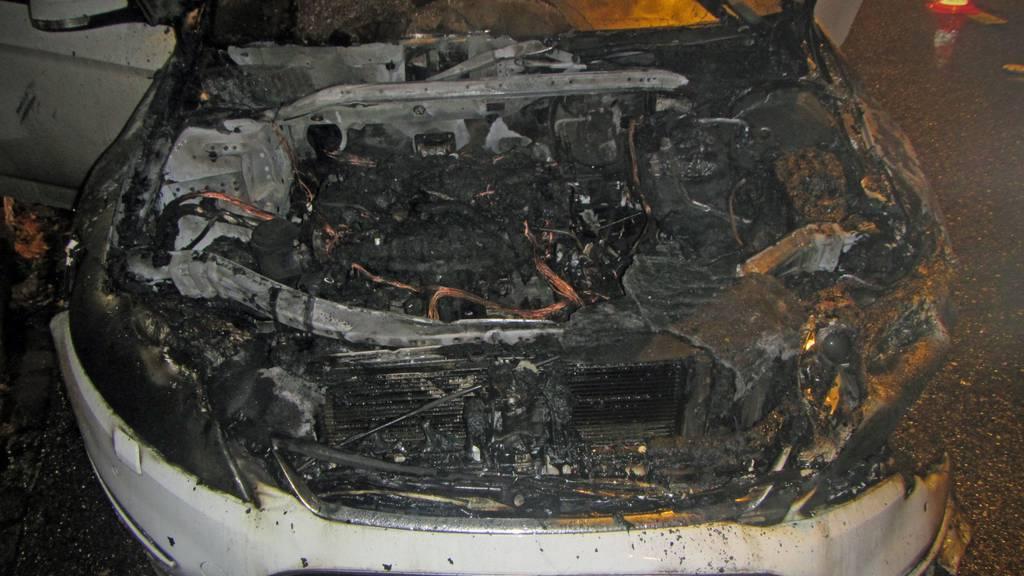 Durch den Brand im Motorraum entstand am Fahrzeug Totalschaden