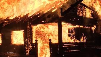 Letzten Sommer brannte es in Merenschwand gleich mehrere Male in der selben Nacht. Die Polizei hatte ein junges Paar verhaftet, welches den Brand gelegt haben soll. Nun steht der Mann heute vor Gericht und gibt seiner Freundin die Schuld.