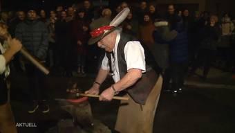 In Möhlin wurde das neue Jahr traditionell gefeiert. Der Hufschmied Hans Mahrer schmiedete das alte und neue Jahr zusammen.