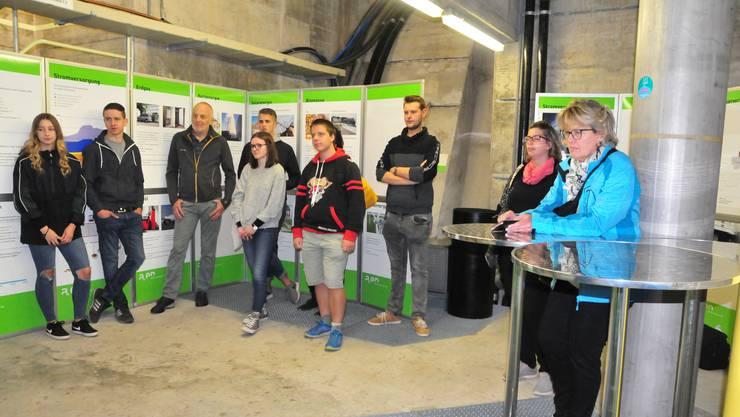 Im Energietunnel: Jungbürgerinnen und Jungbürger sowie Behördenmitglieder erfuhren allerlei Wissenswertes zum Thema Energie.
