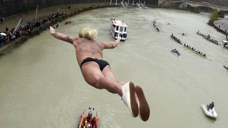 Maurizio Palmulli springt von einer Brücke - und wird in wenigen Sekunden im eiskalten Wasser des Tibers landen.