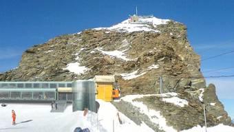 Der Liftaufbau der Zermatt Bergbahnen auf das Klein-Matterhorn (Bild) sei 2011 illegal erstellt worden, sagt der SAC. (Archivbild)